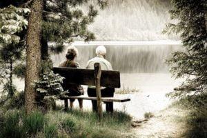 Man en vrouw op een bankje